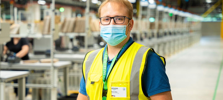 Senior Operations Manager René Hille mit Maske und Weste im Amazon Logistikzentrum in Oelde