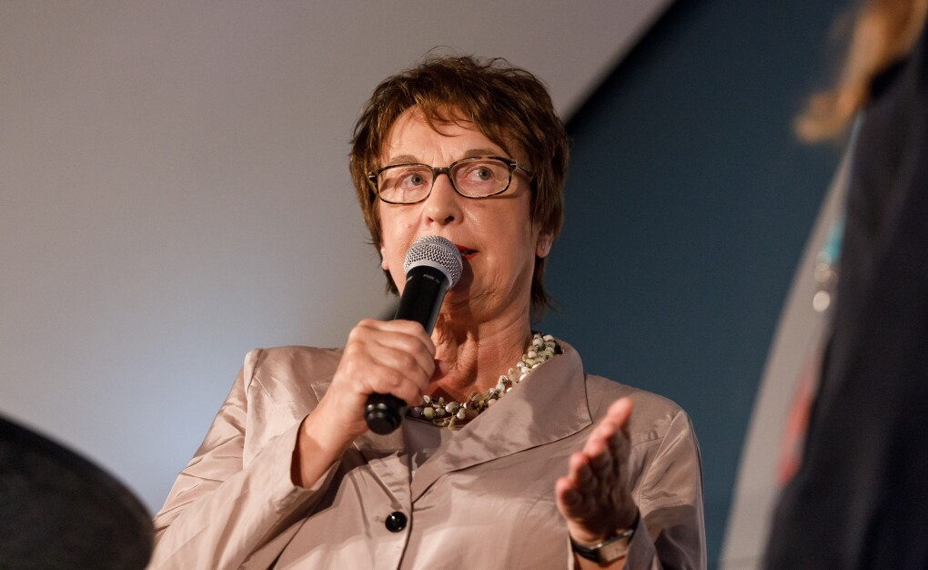 Brigitte Zypries steht auf der Bühne und hält eine Laudation auf eine Gewinnerin.