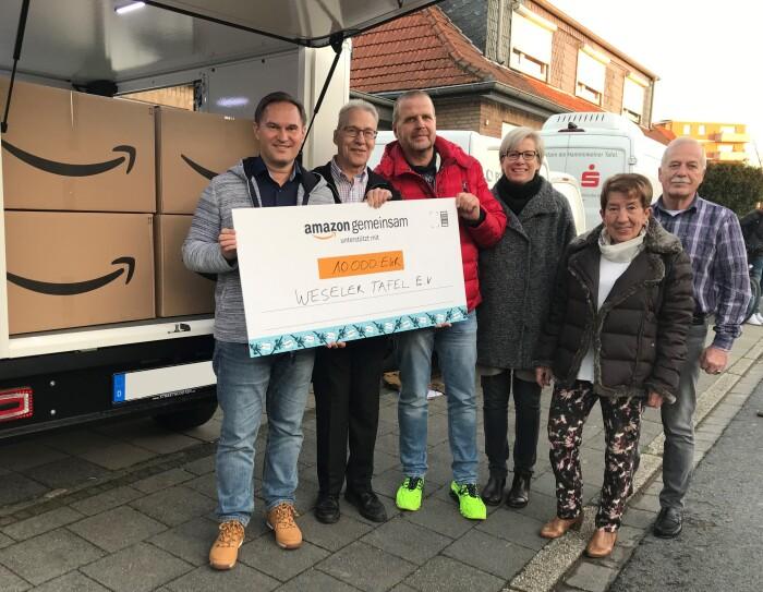 Die Spende an das Team der Weseler Tafel überreichten Rheinbergs Standortleiter Markus Neumayer (links), Betriebsratsvorsitzender Jörg Schüring (3.v.l.) und Community Relations Managerin Antje Kurz-Möller (4.v.l.).