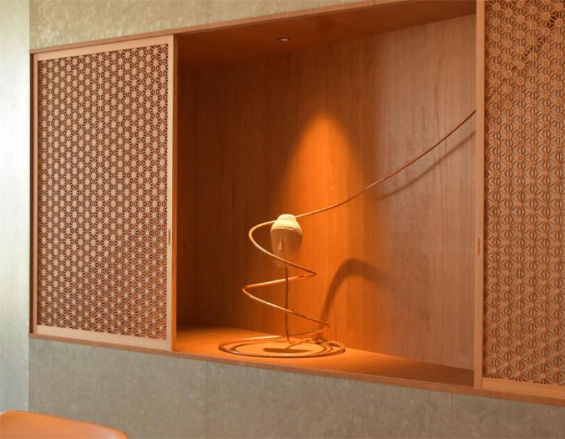 会議室に飾られている平岡さん作の仏像