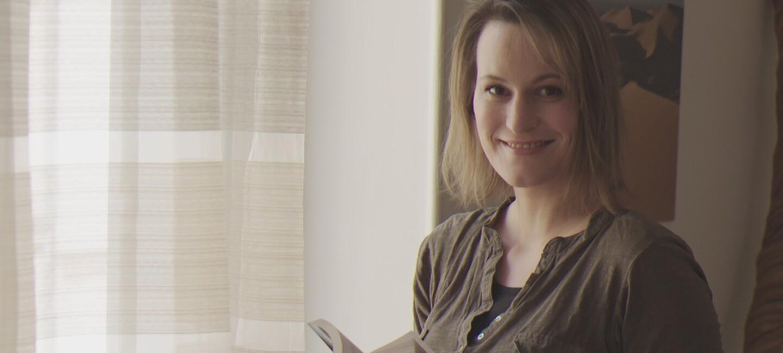 L'écrivain Solène Bakowski tient dans ses mains son dernier roman