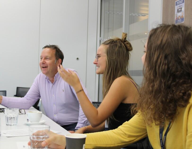 Ralf Kleber (links) mit zwei Schülerinnen im Konferenzraum.