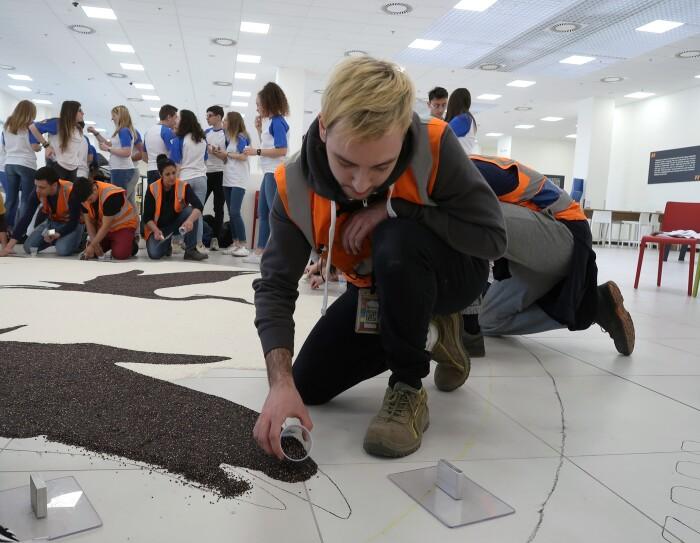 dipendente Amazon disegna un airone con il riso nero