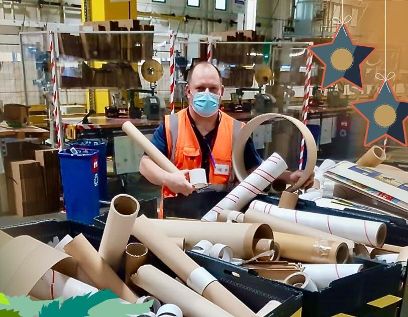Markus mit Papprollen im Logistikzentrum