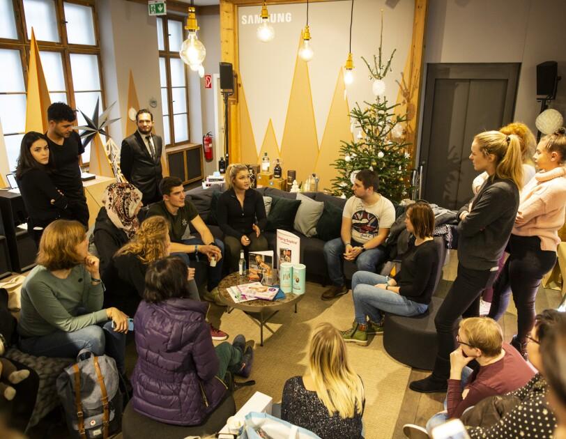 Sophia Thiel im Amazon Pop-up Store #HomeOfChristmas im Gespräch mit den Besuchern.