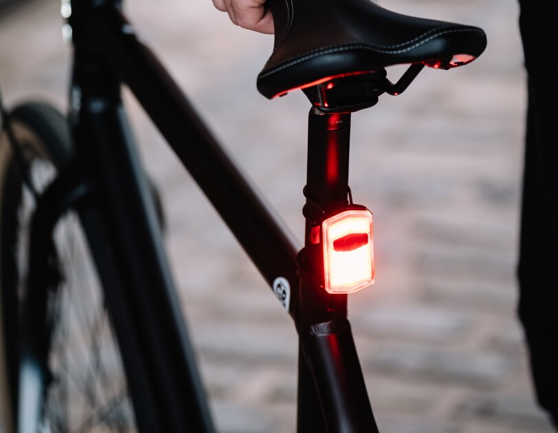 Bike seat with See.Sense light on the back of the bar
