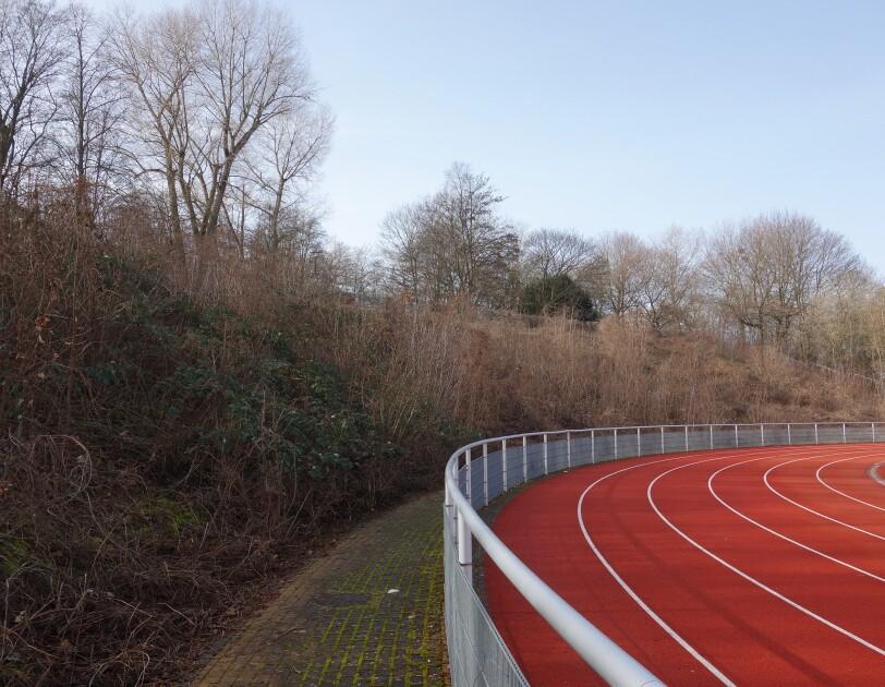 Die Rennbahn eines Stadions mit rotem Belag.