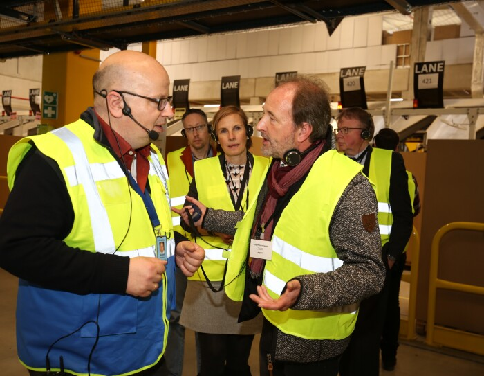 Besucher erhalten eine Führung durch das Logistikzentrum