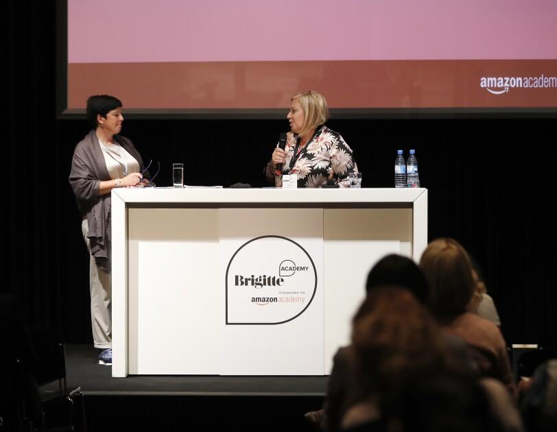 Head of Amzaon Seller Services Consumables & Media, Suzelle Abe, begrüßt Ines Spanier, Geschäftsführerin farmtex (vrnl)