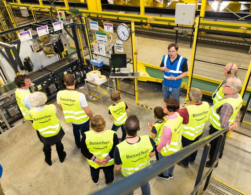 Tourguide Ulrich erklärt den Besuchern, wie die Abläufe im Logistikzentrum funktionieren.