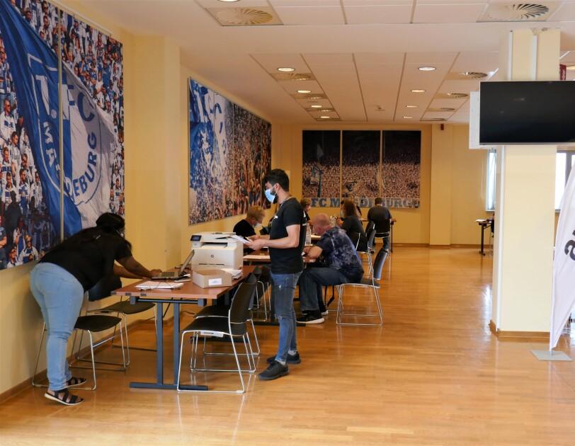 Ein Konferenzraum im Fußballstadion mit Plakaten vom FC Magdeburg