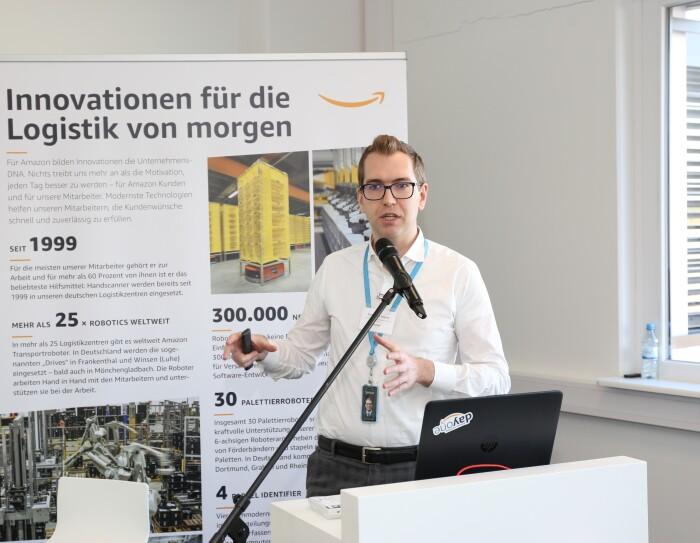 Stefano La Rovere, EU Manager für Entwicklung und Forschung, hält eine Rede zum Thema Innovationen für die Logistik von morgen.