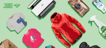 Con un fondo verde está el logo y la letras Climate Pledge Friendly en la esquina superior izquierda. Después hay productos superpuestos: un chubasquero rojo, un jersey marrón de cuello de pico, una camiseta rosa con un erizo y otra gris con un dinosaurio, una impresora, un paquete de café y dos productos de limpieza.
