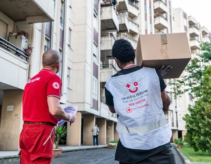 Volontari della Croce Rossa trasportano pacchi alimentari a Roma