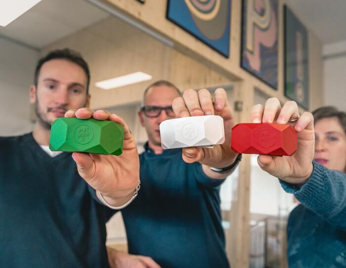 Mirco Bonilauri, Stefano Guerrieri e Carlotta Nizzoli mostrano tre morsetti Playwood nei colori della bandiera italiana