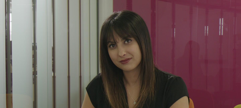 Samira, Responsable du département Experience Client chez Amazon se tient devant son ordinateur portable