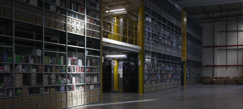 Produkty schowane na półkach w centrum logistyki Amazon