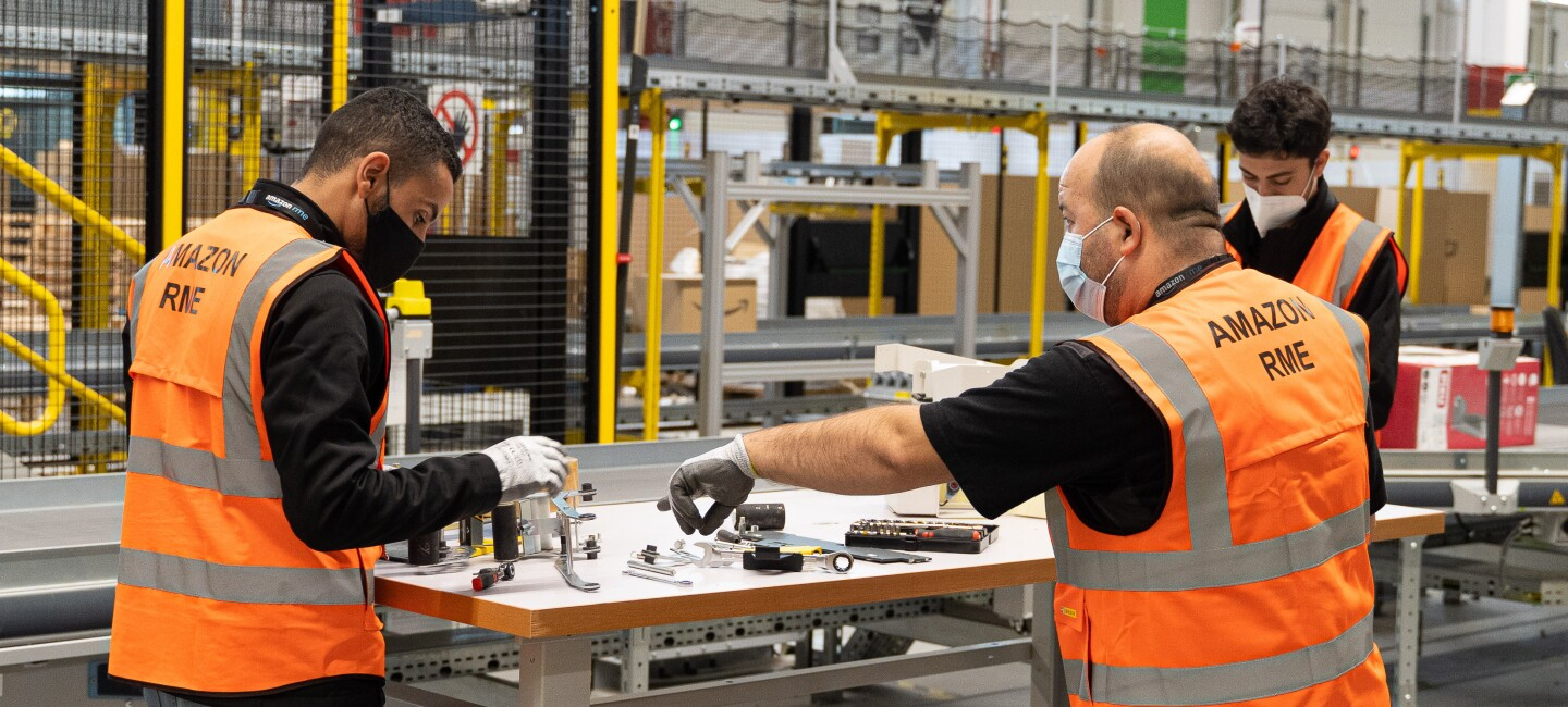 Image of an apprenticeship program participant in a fulfillment center in Spain