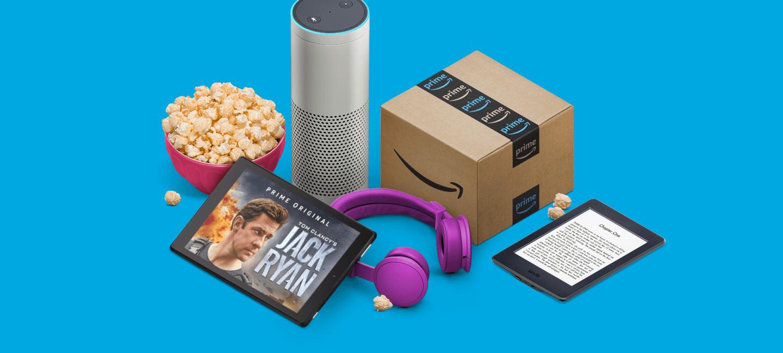 Vor einem blauben Hintergrund sind ein Amazon Kindle, ein Amazon Tablet, ein Echo sowie ein Amazon Paket zu sehen.