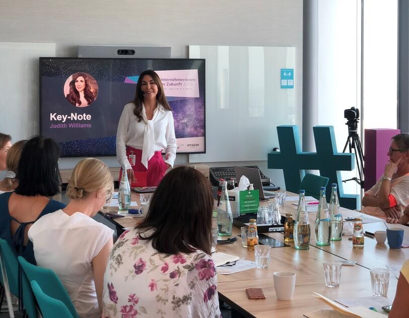 Judith Williams hält eine Key Note für die Teilnehmerinnen von Unternehmerinnen der Zukunft.