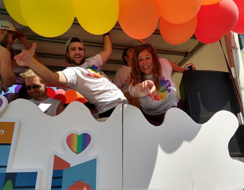 Amazon Mitarbeiter auf dem Glamazon-Wagen auf dem Christopher Street Day in München.