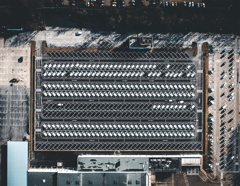 Blick von oben auf das Verteilzentrum und seine Parkplätze.