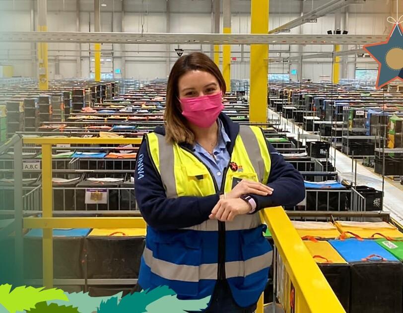 Eine junge Frau im Logistikzenrum.