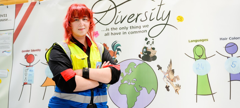 Leo vor der Diversity Wall im Verteilzentrum, die er selbst gestaltet hat.