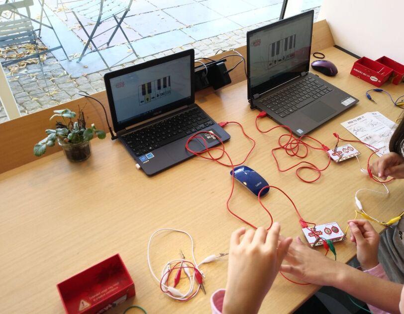 Oderdojo_Kinder programmieren und bauen etwas mit verschiedenen Kabeln.