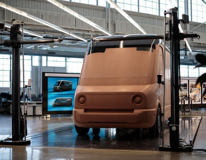 Pełnowymiarowy, gliniany model elektrycznego samochodu dostawczego Amazon w siedzibie głównej Rivian w Plymouth (stan Michigan).