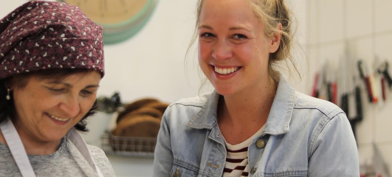 Katharina Mayer von Kuchentratsch in der Backstube