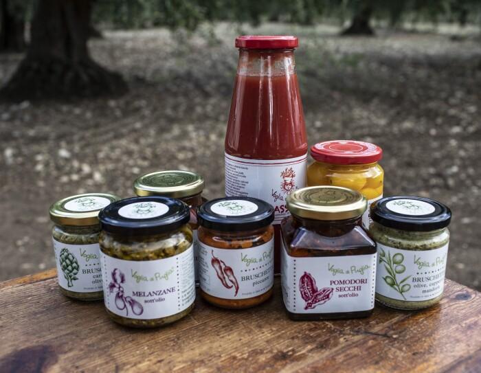 Alcuni dei prodotti (conserve di verdura) dell'azienda Voglia di Puglia