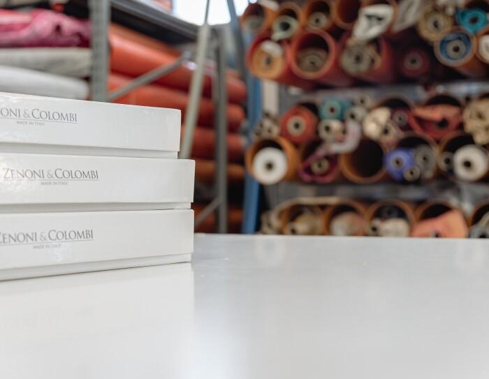 Scatole brandizzate e tessuti all'interno dello stabilimento Zenoni & Colombi
