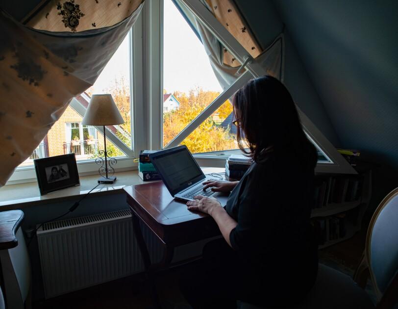Marah Woolf sitzt an ihrem Schreibtisch und schreibt an ihrem Roman.