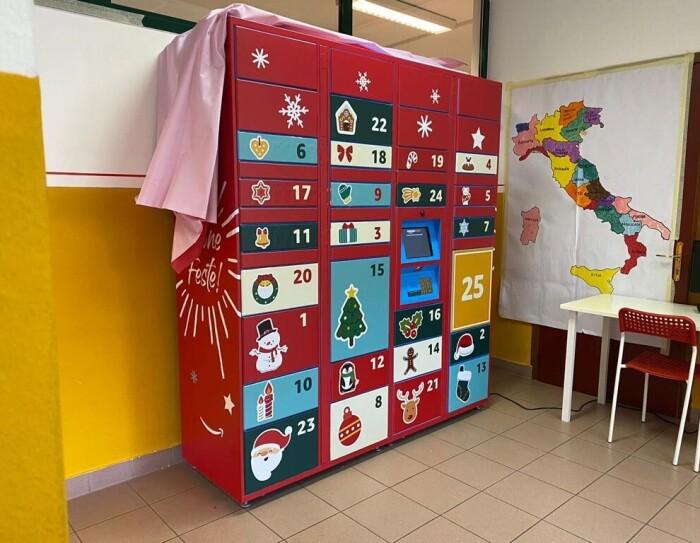 Locker Amazon ricoperto da adesivi natalizi su fondo rosso.