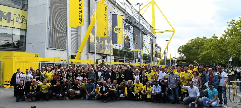 Gruppenbild mit Mitarbeitern vor dem Westfalen-Stadion
