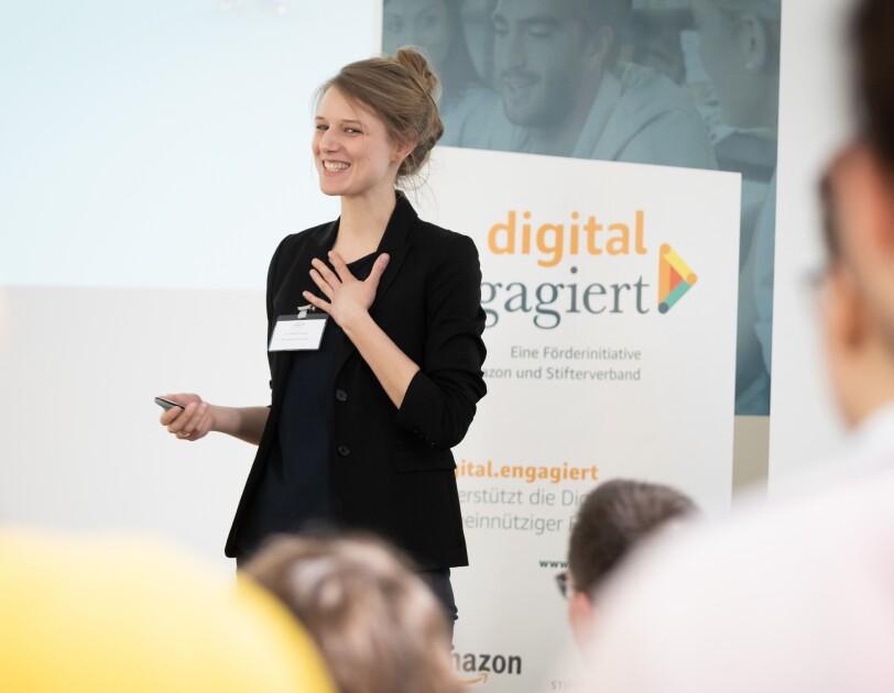 Johanna Nothacker präsentiert Laborium.