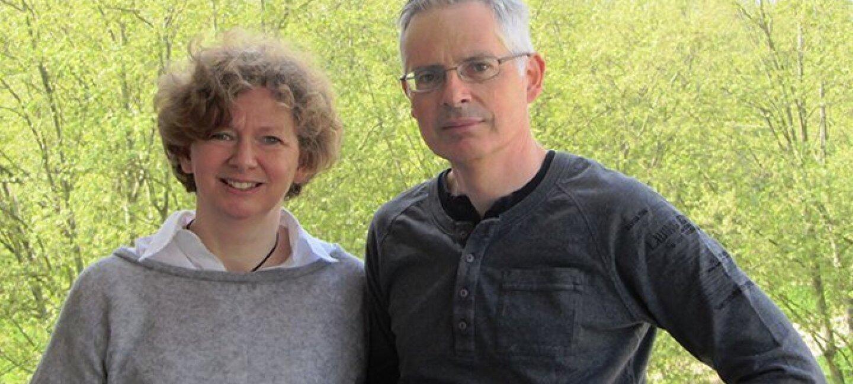 Portrait de Jacques Vandroux et son épouse en extérieur devant des arbres