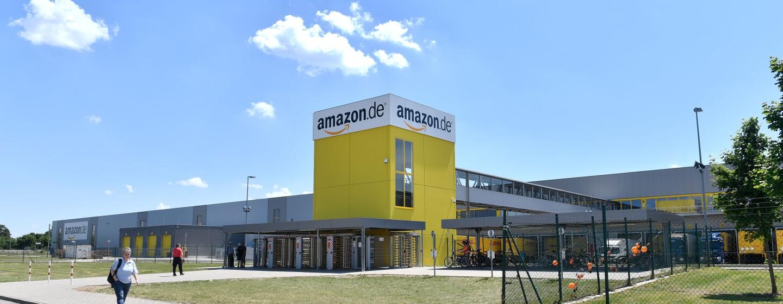 """Ein Logistikzentrum mit dem gelben """"Bananatower"""""""