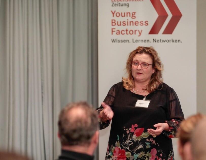 Ingrid Ebner beim Vortrag.
