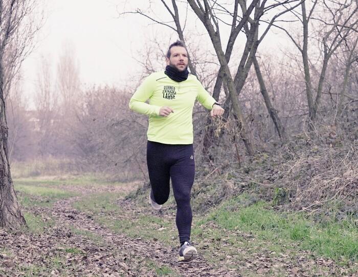 Federico Mancin, in tenuta da corsa, corre in un parco