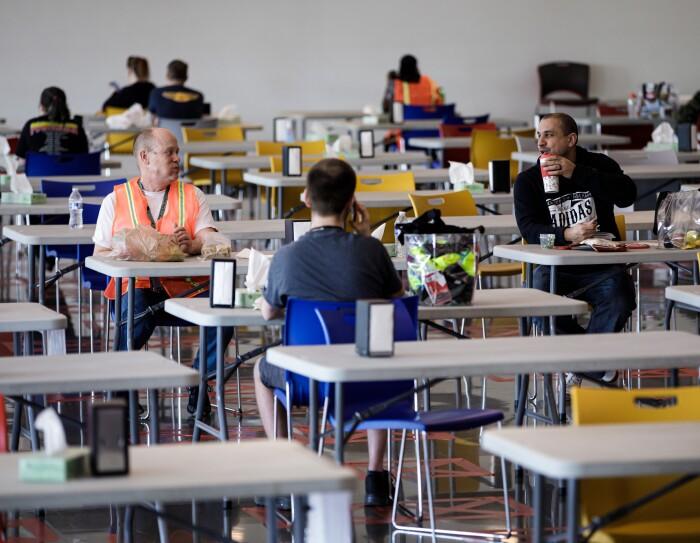 Pour faire respecter les recommandations de distanciation sociale, les chaises ont été espacées dans les salles de pause des centres de distribution d'Amazon, et les collaborateurs s'assoient plus loin les uns des autres.