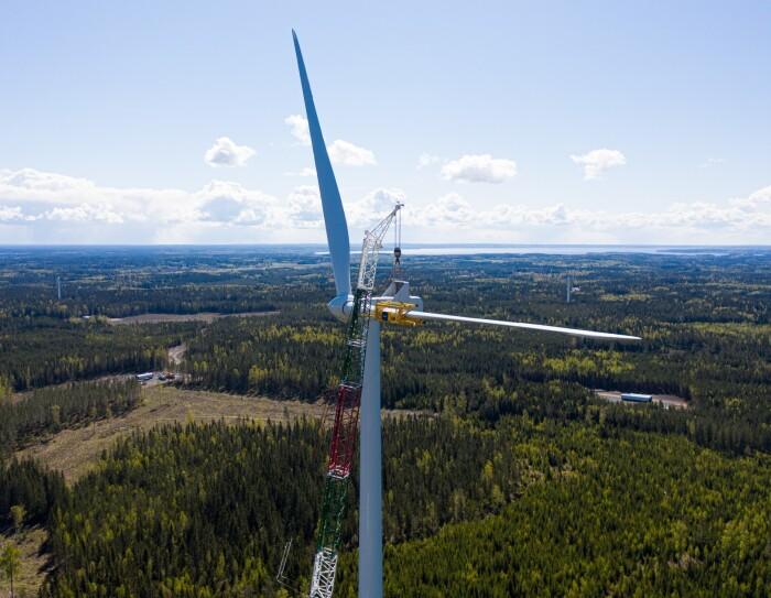 foto di una pala eolica in costruzione