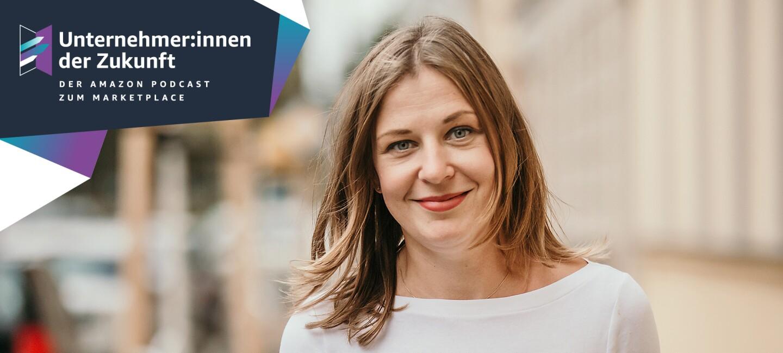 """Eine Frau mit braunen Haaren und einem weißen Langarmshirt lächelt in die Kamera. Neben ihr stehen die Worte """"Unternehmer:innen der Zukunft"""""""
