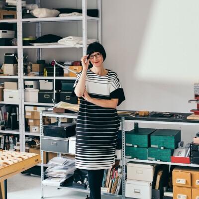 Frau steht in einer Werkstatt