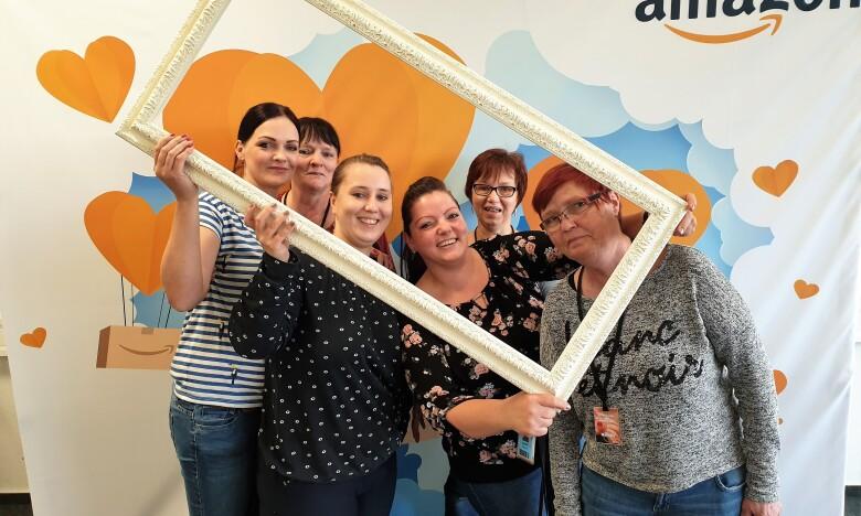 Gruppenbild: Eine Reihe von Frauen vor einer Fotoleinwand