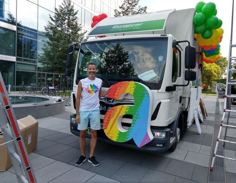 Said Fezazi, Amazon Mitarbeiter, vor dem Glamazon-Wagen für den Christopher Street Day in München.