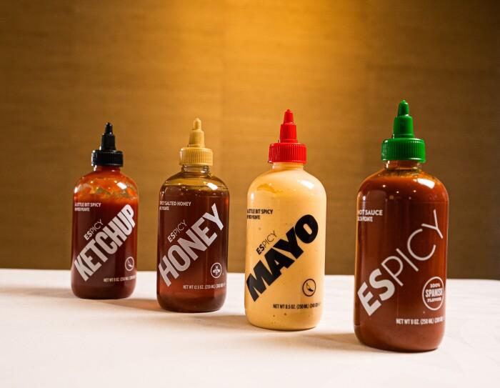 Primer plano de las salsas que produce Espicy: la primera es la picante y después está la mayo picante, la miel picante y ketchup picante.