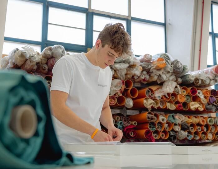 Federico Zenoni impacchetta un prodotto