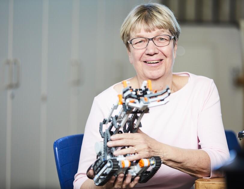 Imke Rademacher präsentiert einen kleinen Roboter